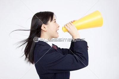 メガホンで叫ぶ女子中学生の写真イラスト素材 Af9970027295
